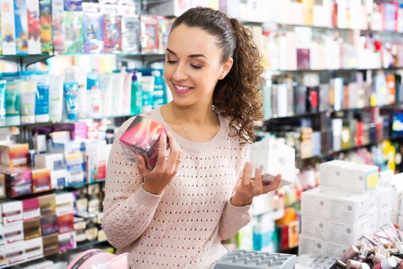 Crema d'acquisto del cliente femminile immagini stock libere da diritti