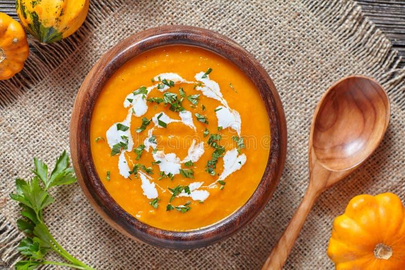 Crema de la comida vegetariana simple tradicional asada de la verdura del otoño de la sopa picante de la calabaza foto de archivo libre de regalías