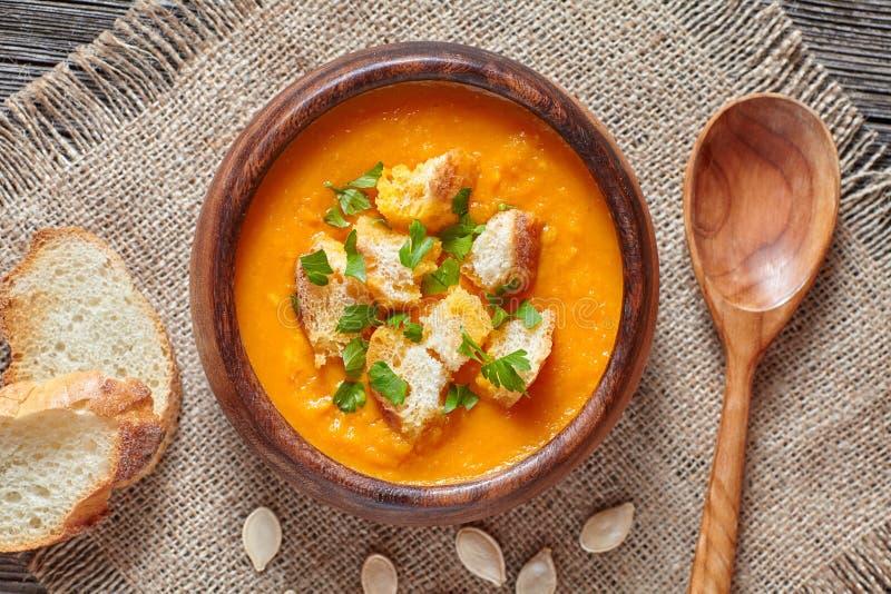Crema de la nutrición orgánica sana vegetal asada de la sopa de la calabaza de la miel del otoño simple tradicional picante del v fotografía de archivo