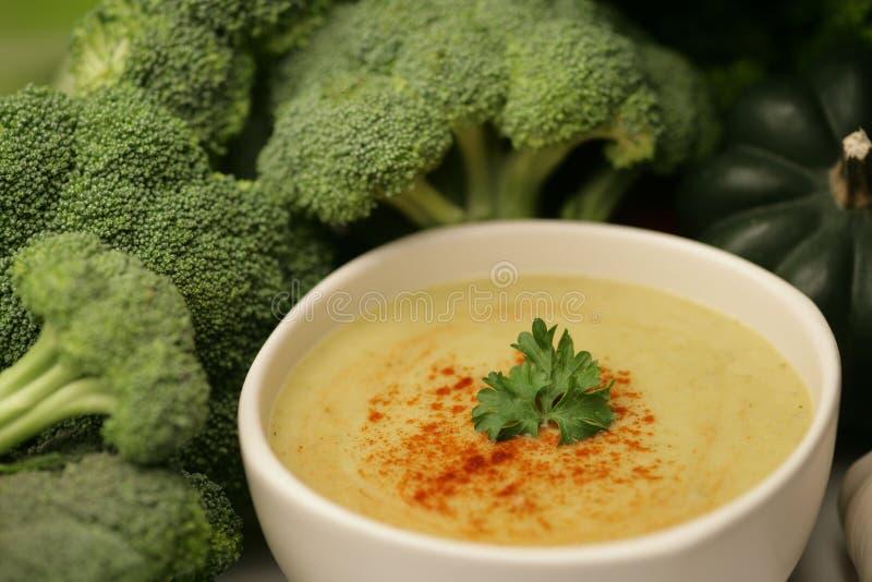 Crema de la sopa del bróculi imagen de archivo