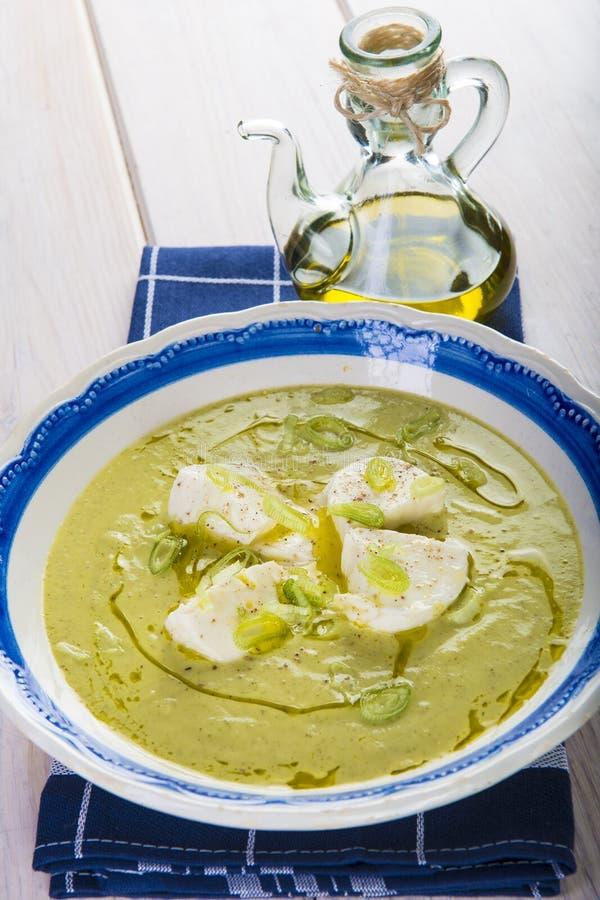 Crema de la sopa del calabacín con la manzana y la cebolla de la primavera fotografía de archivo