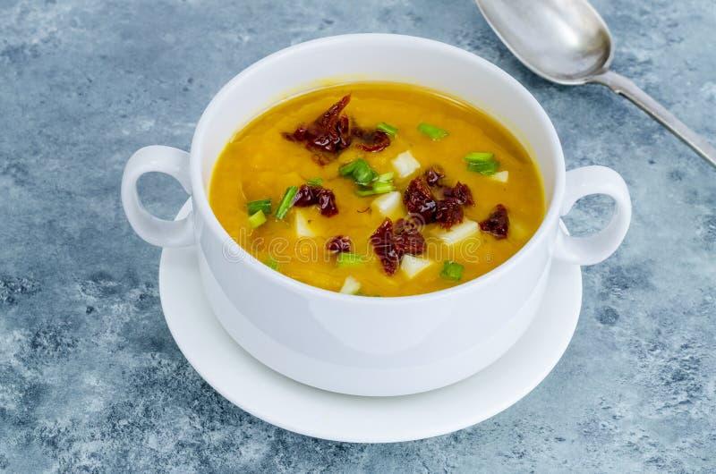 Crema de la sopa de verduras con los tomates y las cebollas verdes secados imagen de archivo libre de regalías