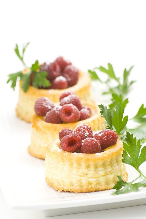 Crema de pasteles de la frambuesa y adornado foto de archivo libre de regalías