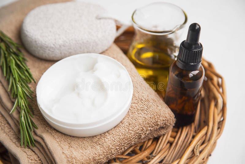 Crema de piel natural con la hierba del romero y el aceite esencial, orgánicos foto de archivo libre de regalías