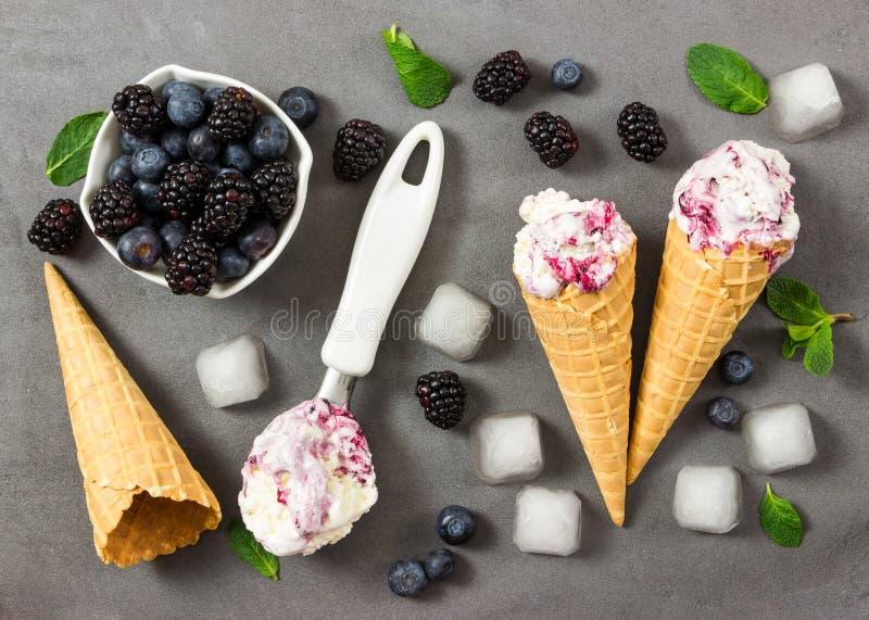 Crema del gelato alla frutta con la mora ed il mirtillo freschi, cubetti di ghiaccio a immagini stock
