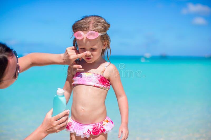 Crema del sol de la protección del niño foto de archivo libre de regalías