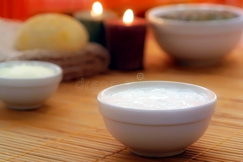 Crema del tratamiento en un tazón de fuente en un balneario imagen de archivo