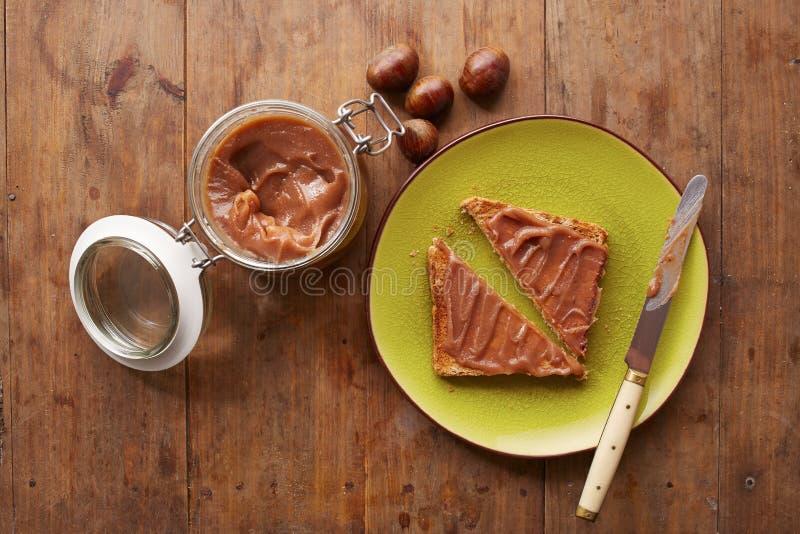 Crema della castagna su un pane tostato fotografia stock libera da diritti