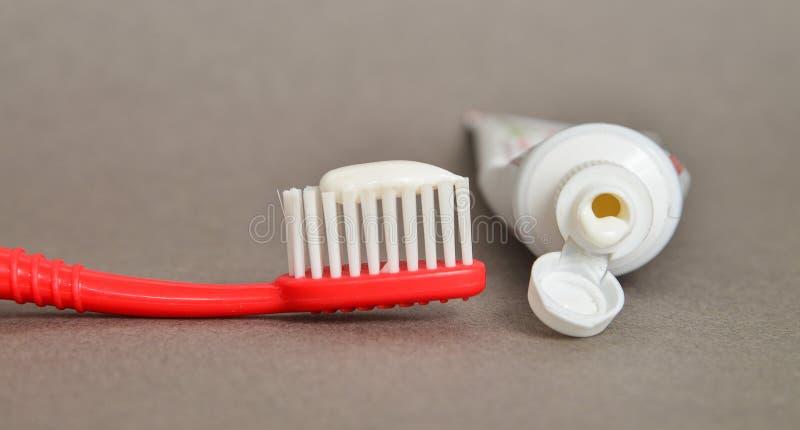 Crema dental y primer del cepillo, concepto del cuidado dental fotos de archivo