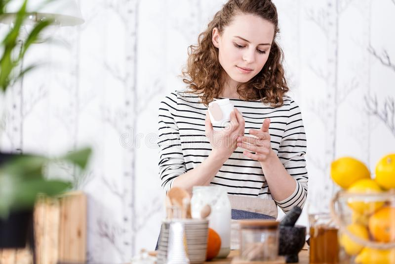 Crema di fronte del vegano di prova della donna fotografia stock