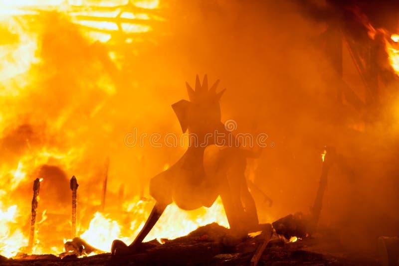 Crema en la noche de Fallas Valencia March 19 todas las figuras es quemadura imagen de archivo