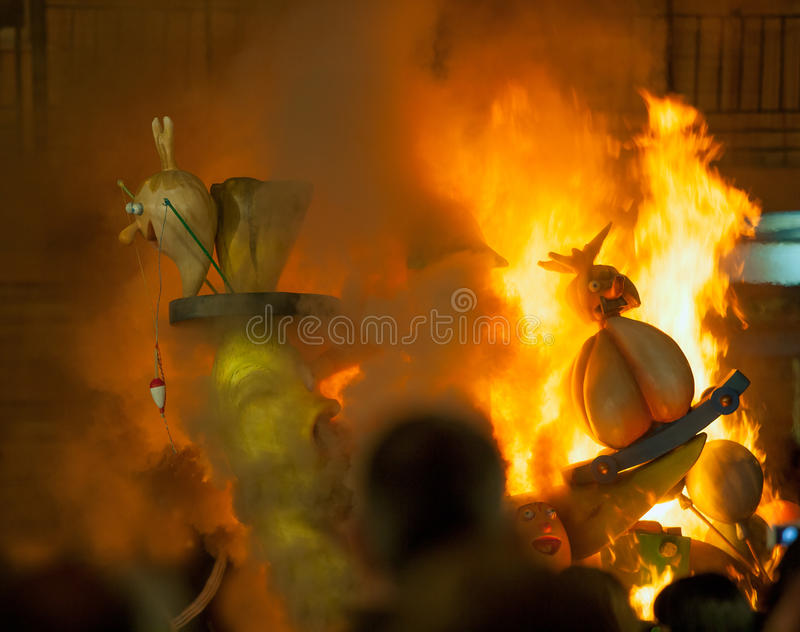 Crema en nuit de Fallas Valencia March 19 tous les chiffres sont brûlure images libres de droits