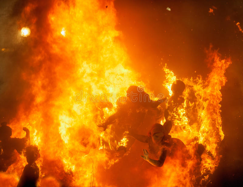 Crema en nuit de Fallas Valencia March 19 tous les chiffres sont brûlure image stock
