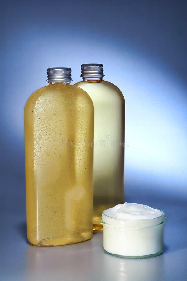 Crema en un tarro y botellas de los cosméticos fotografía de archivo