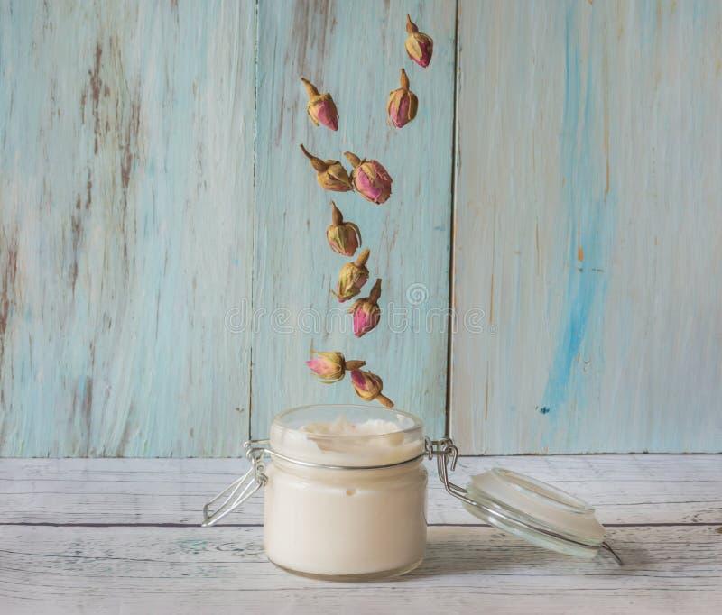 Crema hecha en casa de rosas y del aceite del argan fotos de archivo