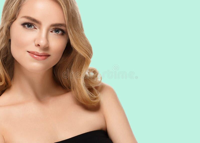 Crema hermosa de la muchacha en mejillas en fondo de moda verde del color del verano foto de archivo libre de regalías