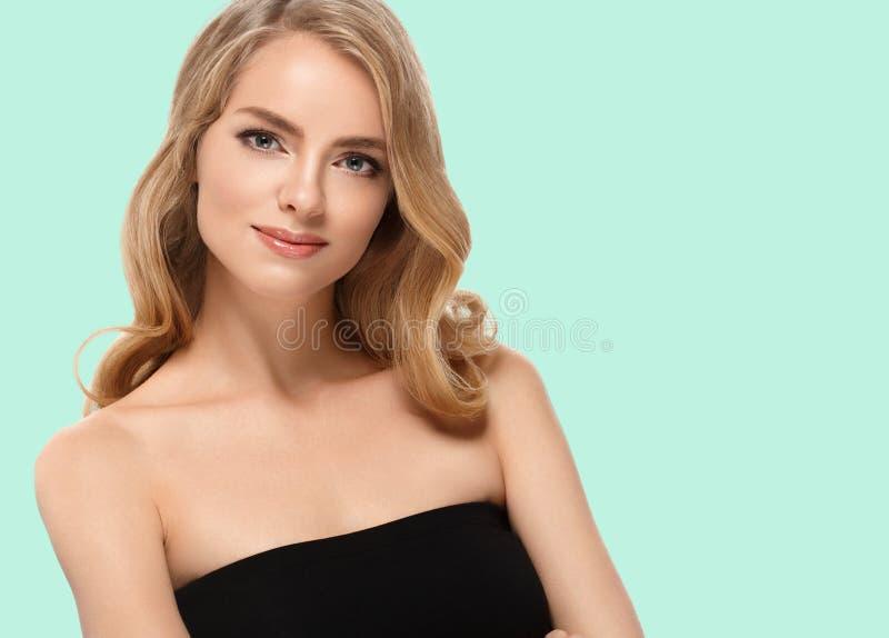 Crema hermosa de la muchacha en mejillas en fondo de moda verde del color del verano imagen de archivo libre de regalías