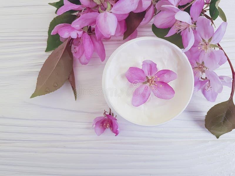 Crema orgánica cosmética, flor de la magnolia en un fondo de madera imagen de archivo libre de regalías