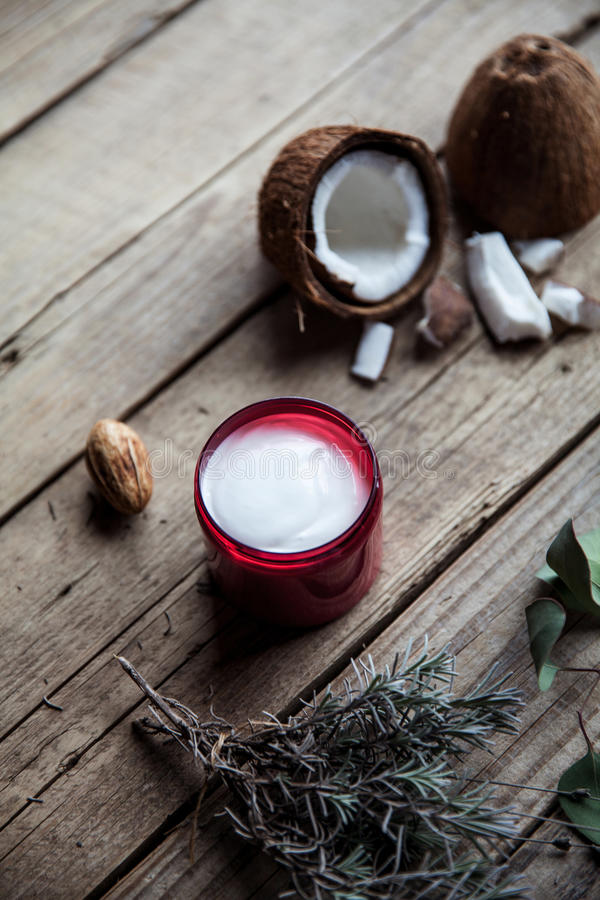 Crema orgánica en fondo de madera Acondicionador, champú para el cuidado del cabello Cosméticos naturales Piel y pelo sanos imagen de archivo libre de regalías