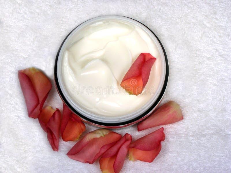 Crema per il corpo con i petali di rosa 1 fotografia stock libera da diritti