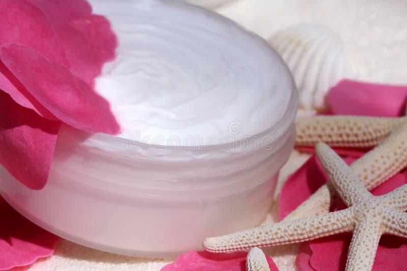 Crema per il corpo con i petali di rosa fotografie stock libere da diritti