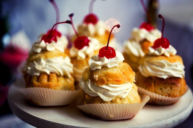 Crema y cereza de la torta de Savarin imagen de archivo