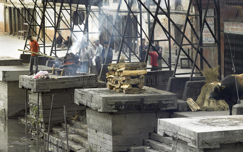 Cremación Ghats - Katmandu - Nepal imagenes de archivo