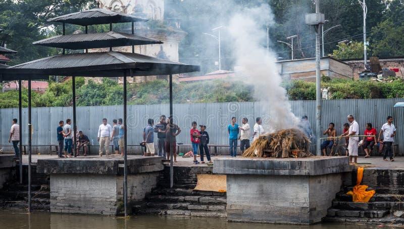 Cremaciones cerca del templo de Pashupatinath fotos de archivo