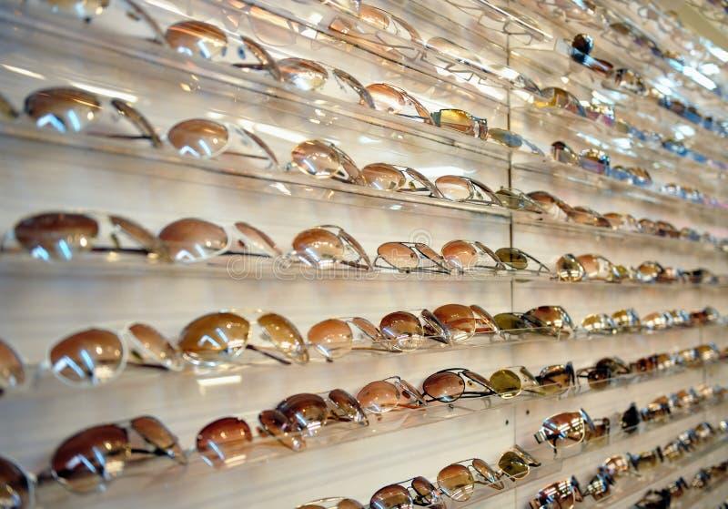Cremagliera degli occhiali da sole fotografie stock libere da diritti