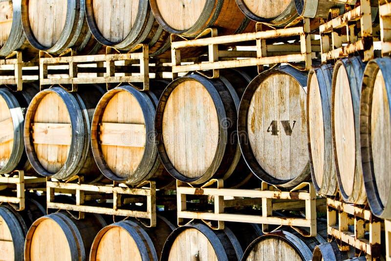 Cremagliera di vecchi barilotti di vino della quercia immagini stock libere da diritti