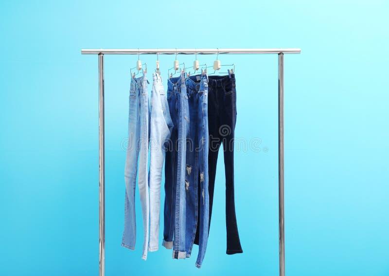 Cremalheira com calças de brim à moda fotos de stock royalty free