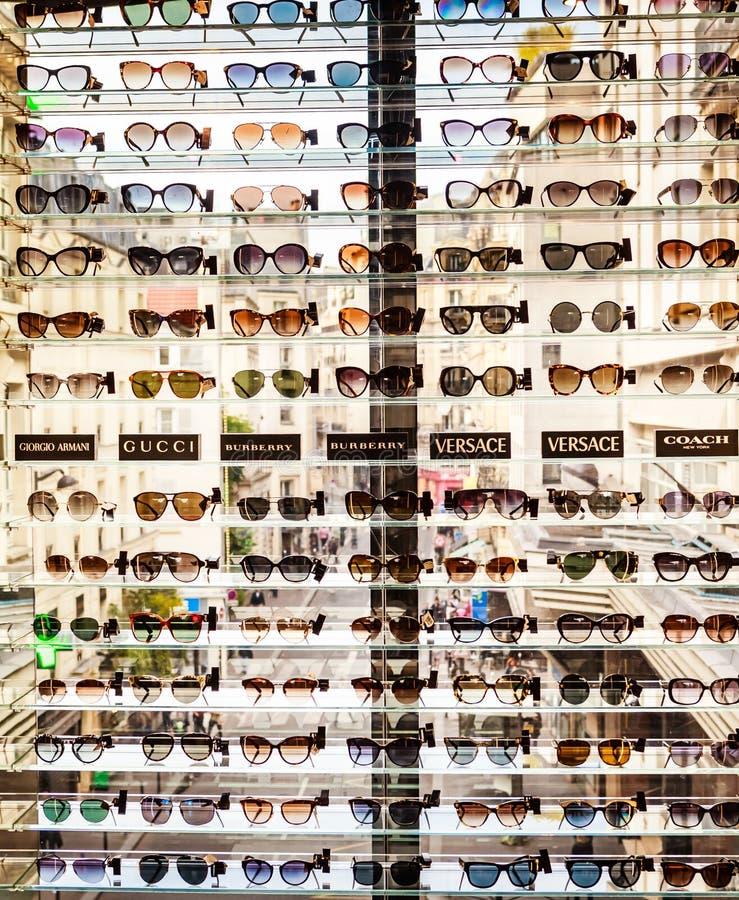 Cremalheira com os óculos de sol na loja do eyewear Galeries Lafayette fotografia de stock royalty free