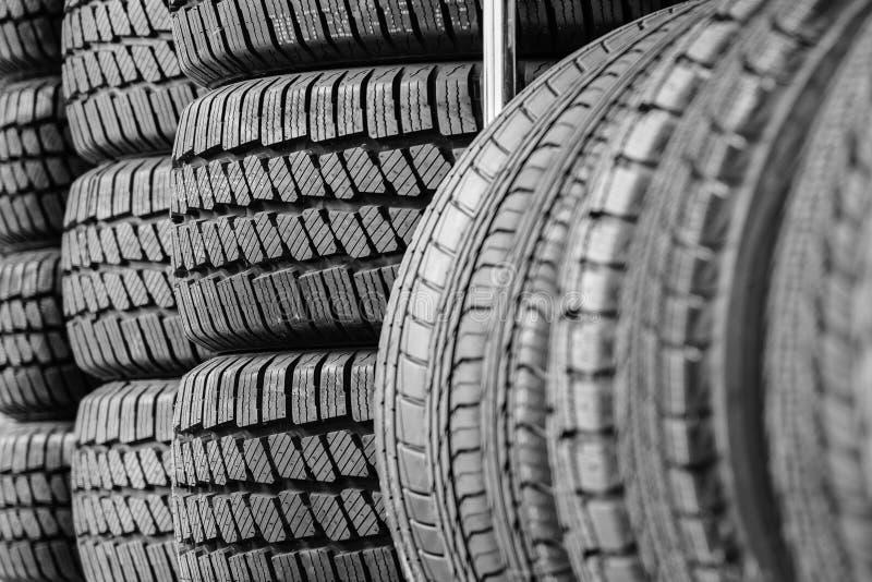 Cremalheira com variedade de pneus de carro novos na loja do automóvel fotografia de stock