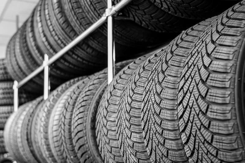 Cremalheira com variedade de pneus de carro novos na loja do automóvel foto de stock royalty free
