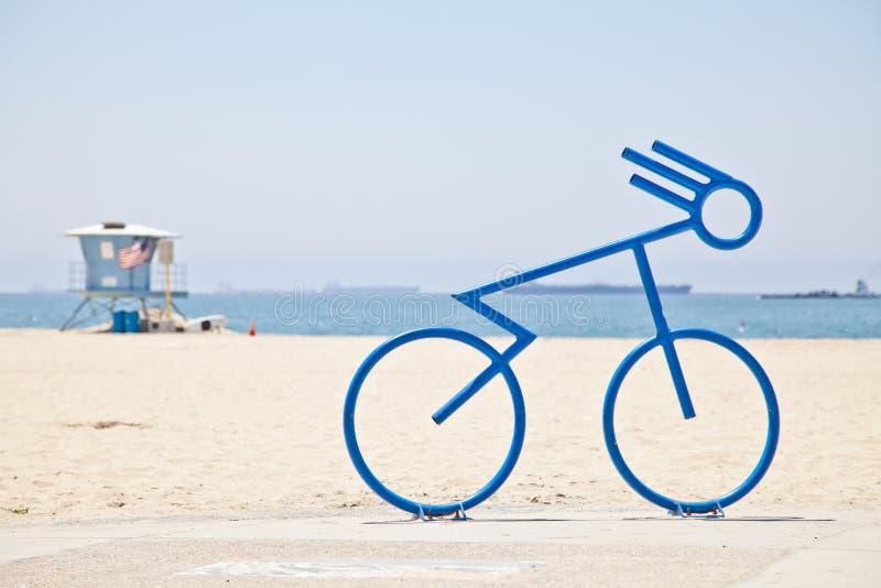 Cremalheira da bicicleta da bicicleta na praia foto de stock royalty free