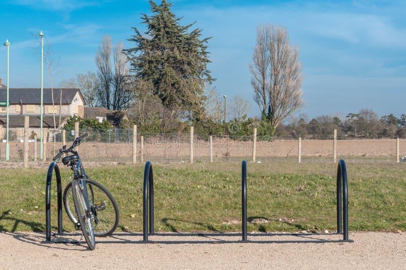 Cremalheira da bicicleta em um parque imagens de stock royalty free