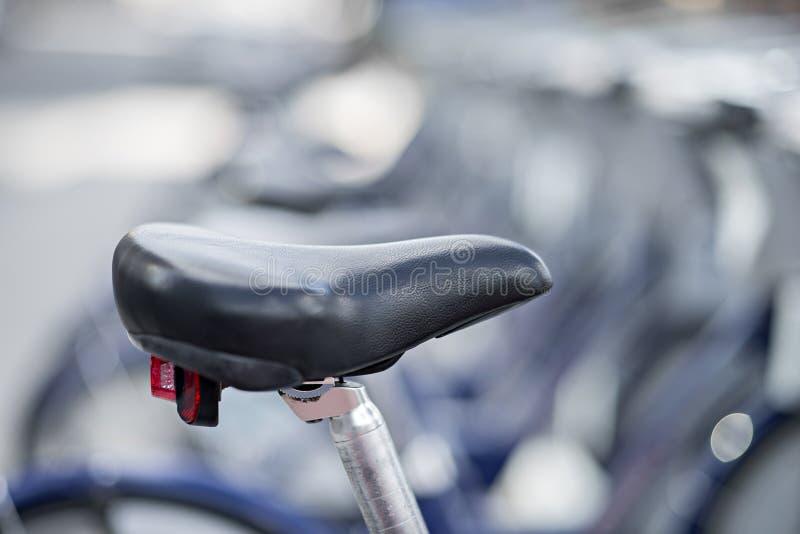Cremalheira da bicicleta na cidade imagens de stock