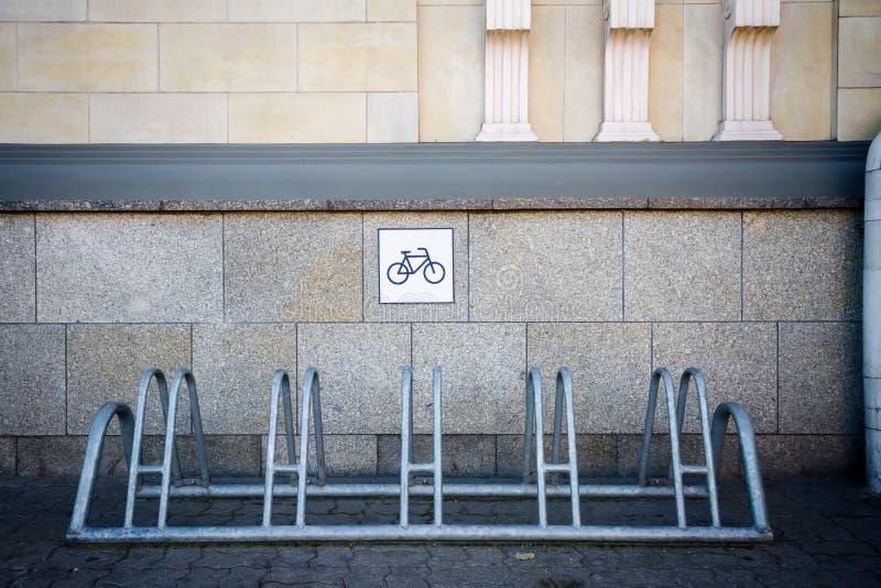 Cremalheira da bicicleta pela parede imagens de stock royalty free