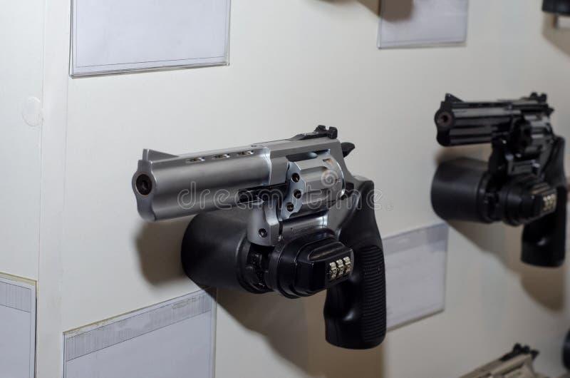 Cremalheira da parede da arma com revólver imagem de stock royalty free