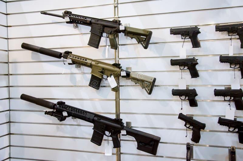 Cremalheira da parede da arma com rifles e pistola fotos de stock royalty free