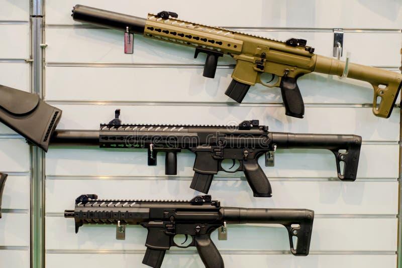 Cremalheira da parede da arma com rifles foto de stock royalty free
