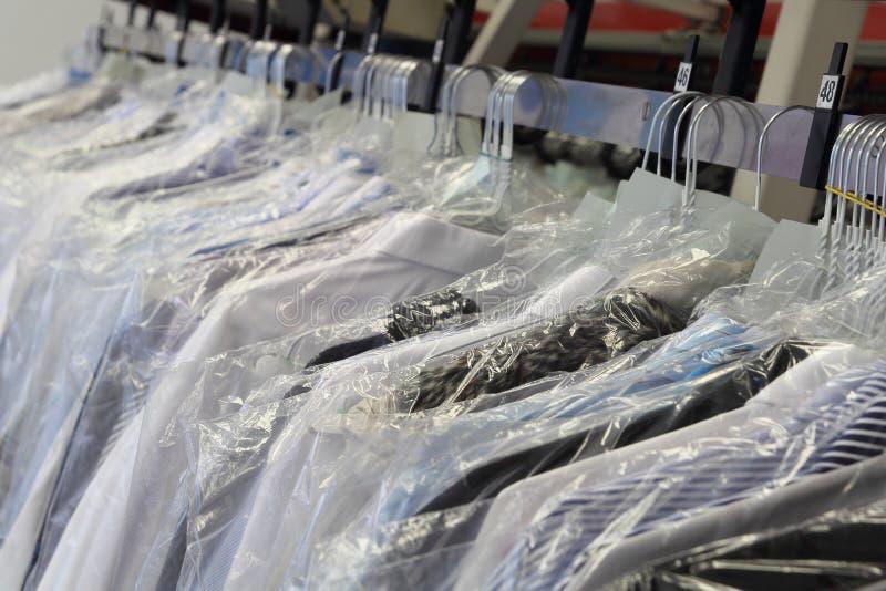 Cremalheira da roupa em uma tinturaria fotos de stock