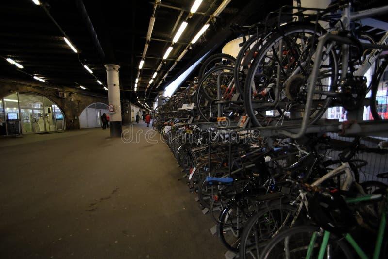 A cremalheira de bicicleta na estação da ponte de Londres fotos de stock