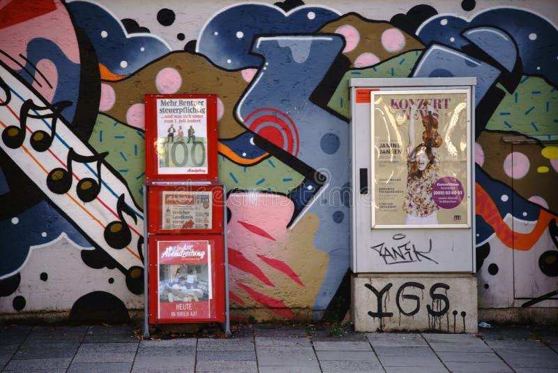 Cremalheira de compartimento e caixa de distribuição elétrica na frente da parede dos grafittis fotos de stock