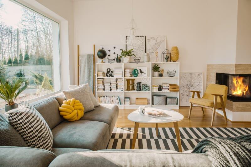 Cremalheira de madeira branca com livros, decorações, as plantas frescas e o simp fotos de stock