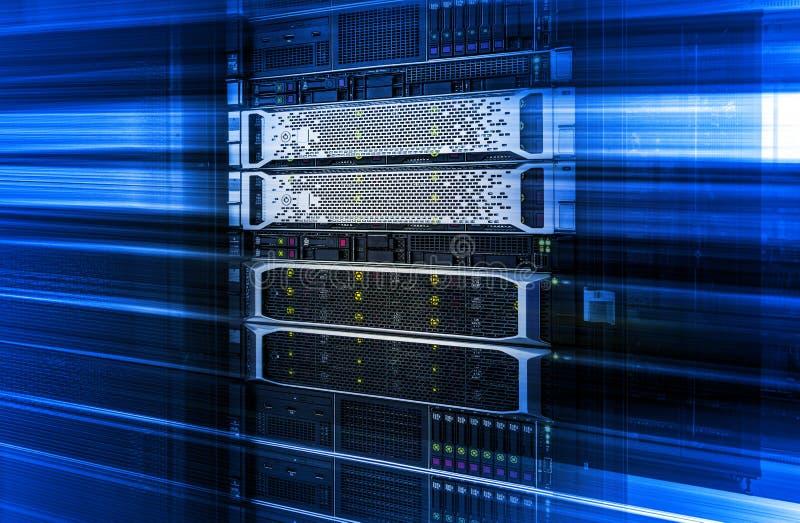 Cremalheira do servidor com armazenamento de disco de trabalho da unidade central sob o efeito azul do movimento fotografia de stock