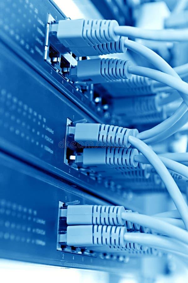 Cremalheira com cabos, tom azul do servidor do painel de remendo fotos de stock