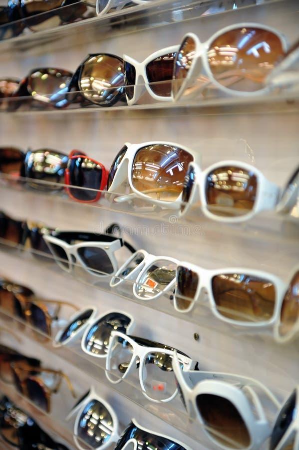 Cremalheira dos óculos de sol 2 imagens de stock royalty free