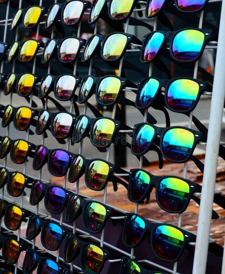 Cremalheira dos óculos de sol fotos de stock royalty free