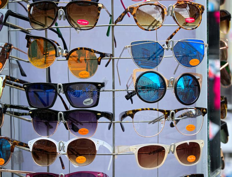 Cremalheira dos ?culos de sol Mercado de rua exterior imagens de stock royalty free